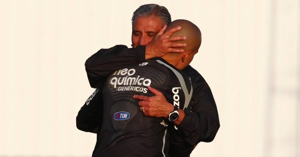 Tite abraça o goleiro Julio Cesar, do Corinthians