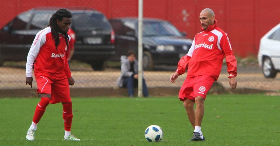 Volantes Tinga (e) e Guiñazu durante treino do Inter no suplementar do estádio Beira-Rio (13/08/2011)