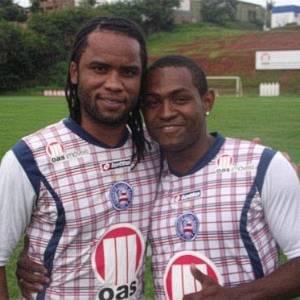 Carlos Alberto e Jóbson se abraçam durante treino no Fazendão (13/08/2011)
