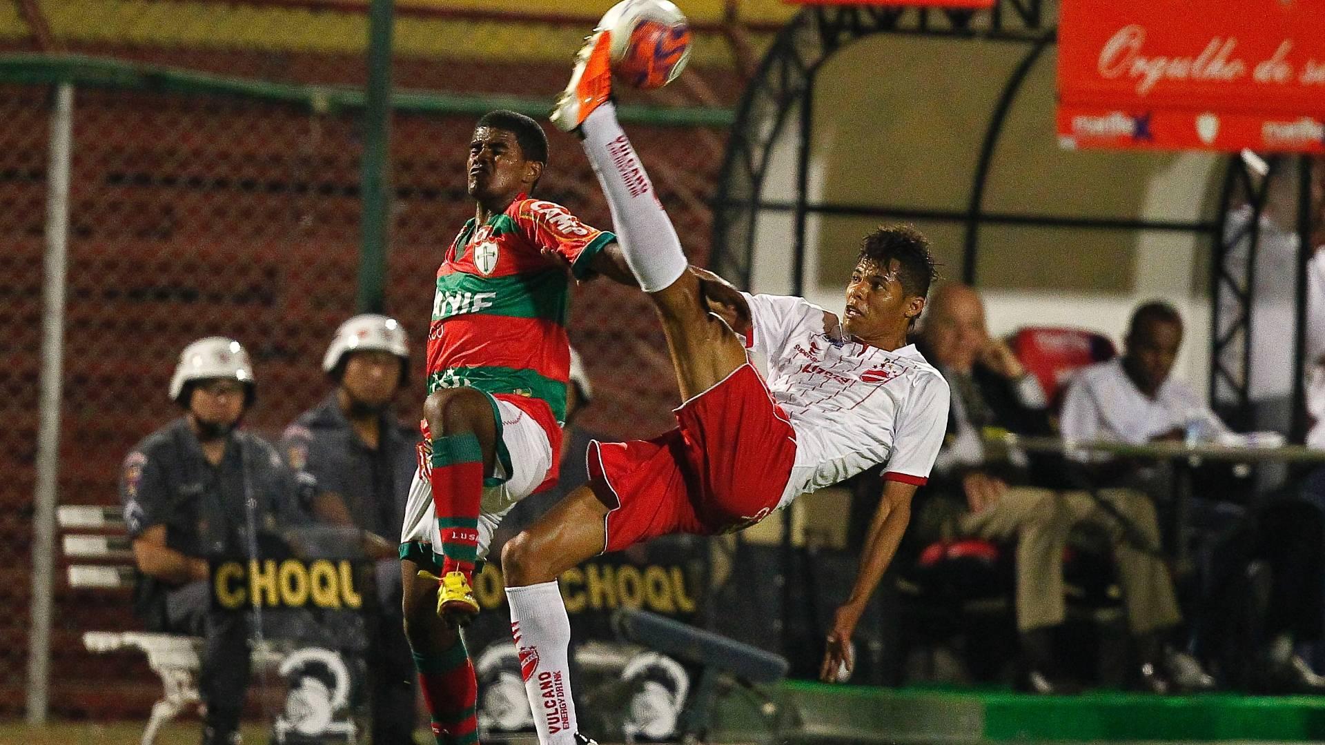 Jogadores de Portuguesa e Vila Nova disputam lance durante partida pela Série B (16/08/2011)