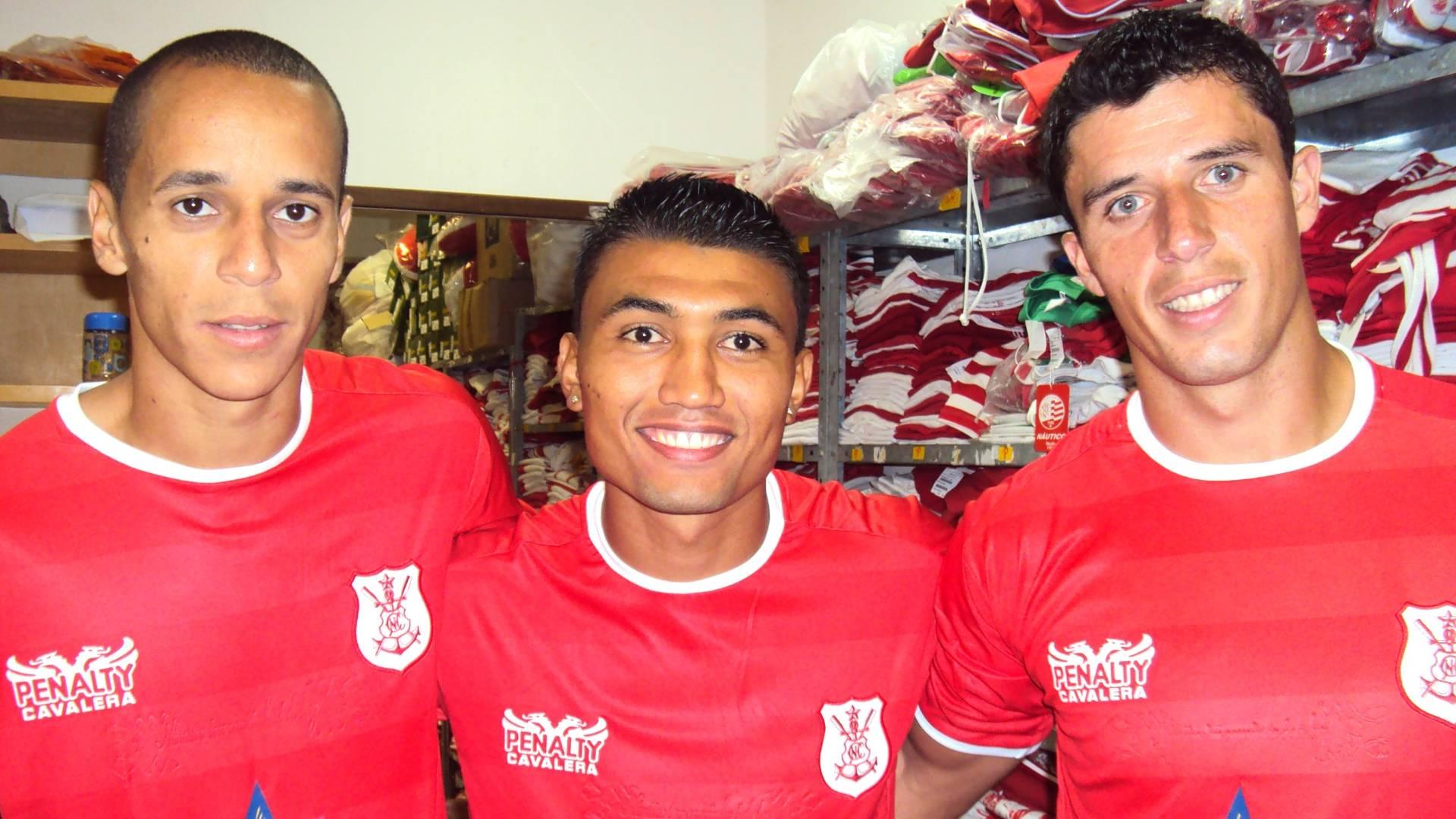 Derley, Kieza e Rodrigo Carvalho posam com o novo uniforme do Náutico