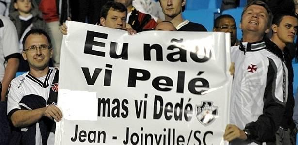 Faixa exibida na Ressacada, durante jogo do Vasco, comparando Dedé a Pelé