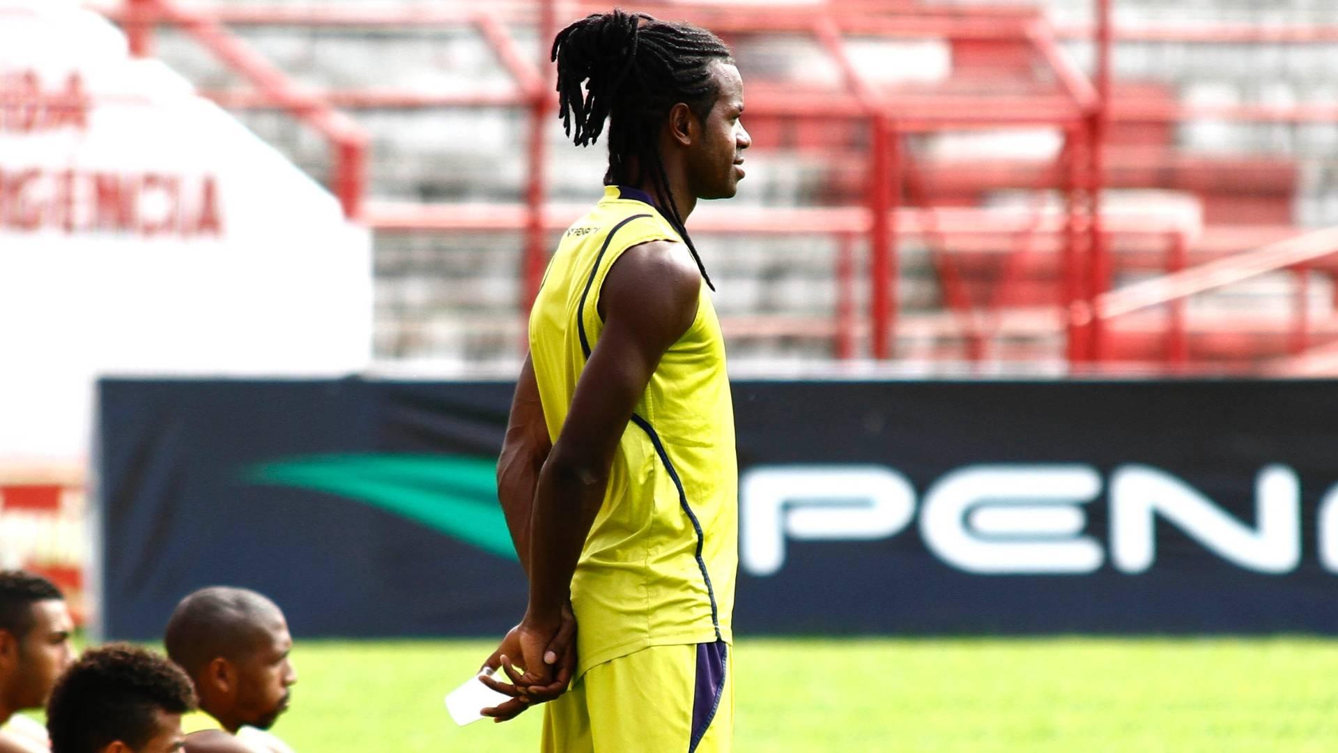 Lateral-esquerdo Jeff Silva observa o treinamento do Náutico (18/08/2011)