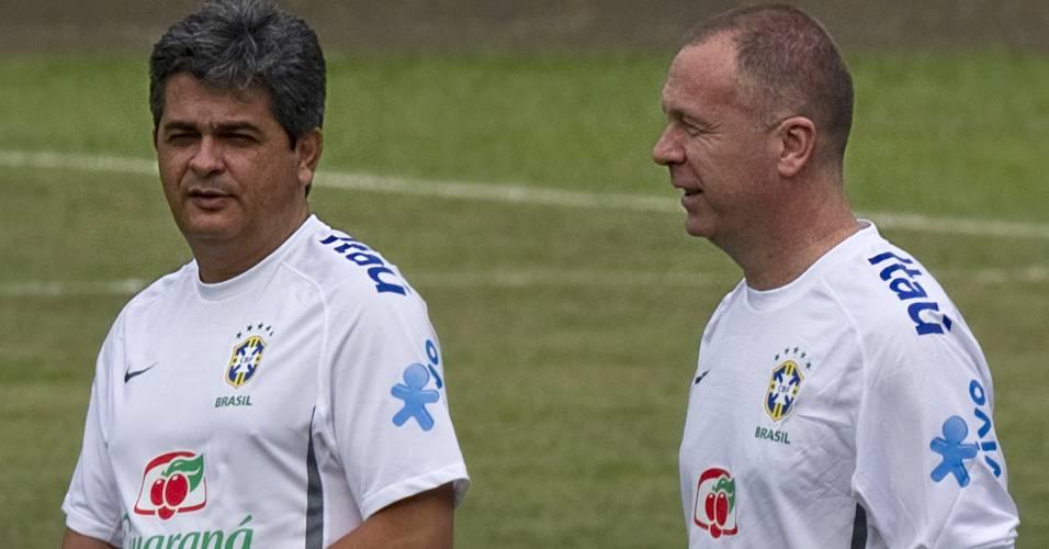 Ney Franco e Mano Menezes conversam durante treino da seleção sub-20 em Pereira, na Colômbia