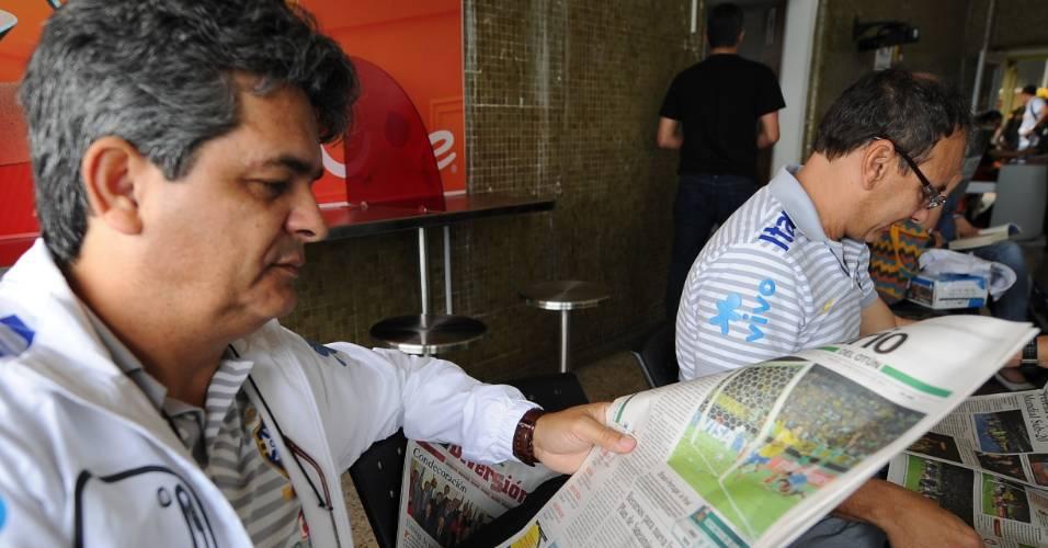 Técnico Ney Franco lê jornal após a vitória da seleção sub-20 contra o México