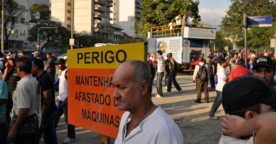 Trabalhadores paralisam construção do Maracanã