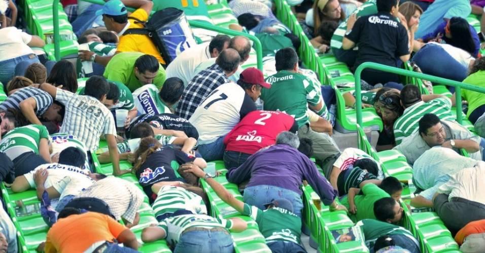 Torcedores ficam desesperados diante de um tiroteio perto do estádio do Santos, no México