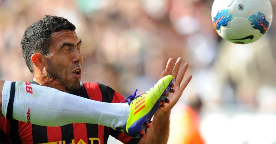 Carlos Tevez disputa bola em partida do Manchester City contra o Bolton