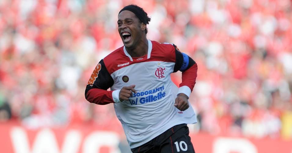 Ronaldinho comemora gol de falta contra o Internacional (21/08/11)