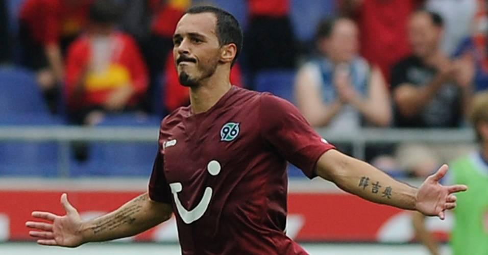 Sergio Pinto comemora gol de falta durante partida contra o Herta Berlim (21/08/2011)