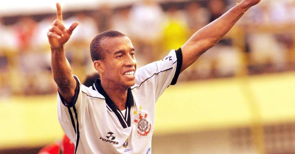 Nenê, zagueiro do Corinthians em 1999, comemora gol marcado contra a Portuguesa Santista