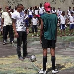 Titi, capitão do Bahia, visita escola municipal em Salvador (24/08/2011)