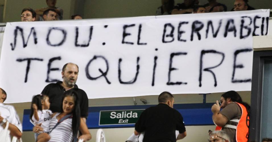 Torcedores do Real Madrid exibem faixa de apoio ao técnico José Mourinho