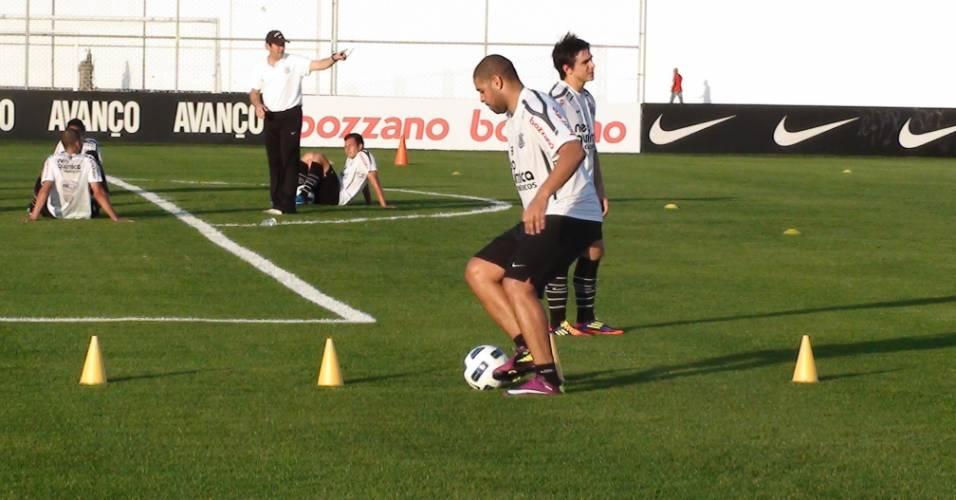 Adriano treina com bola durante sessão no CT do Corinthians (25/08/2011)