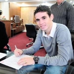 Após se destacar na seleção, Oscar assina contrato com o Inter até 2016 (26/08/11)