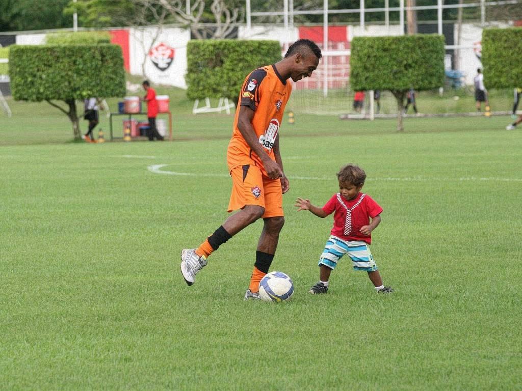 Marquinhos, atacante do Vitória, brinca com o filho no Barradão (25/08/2011)