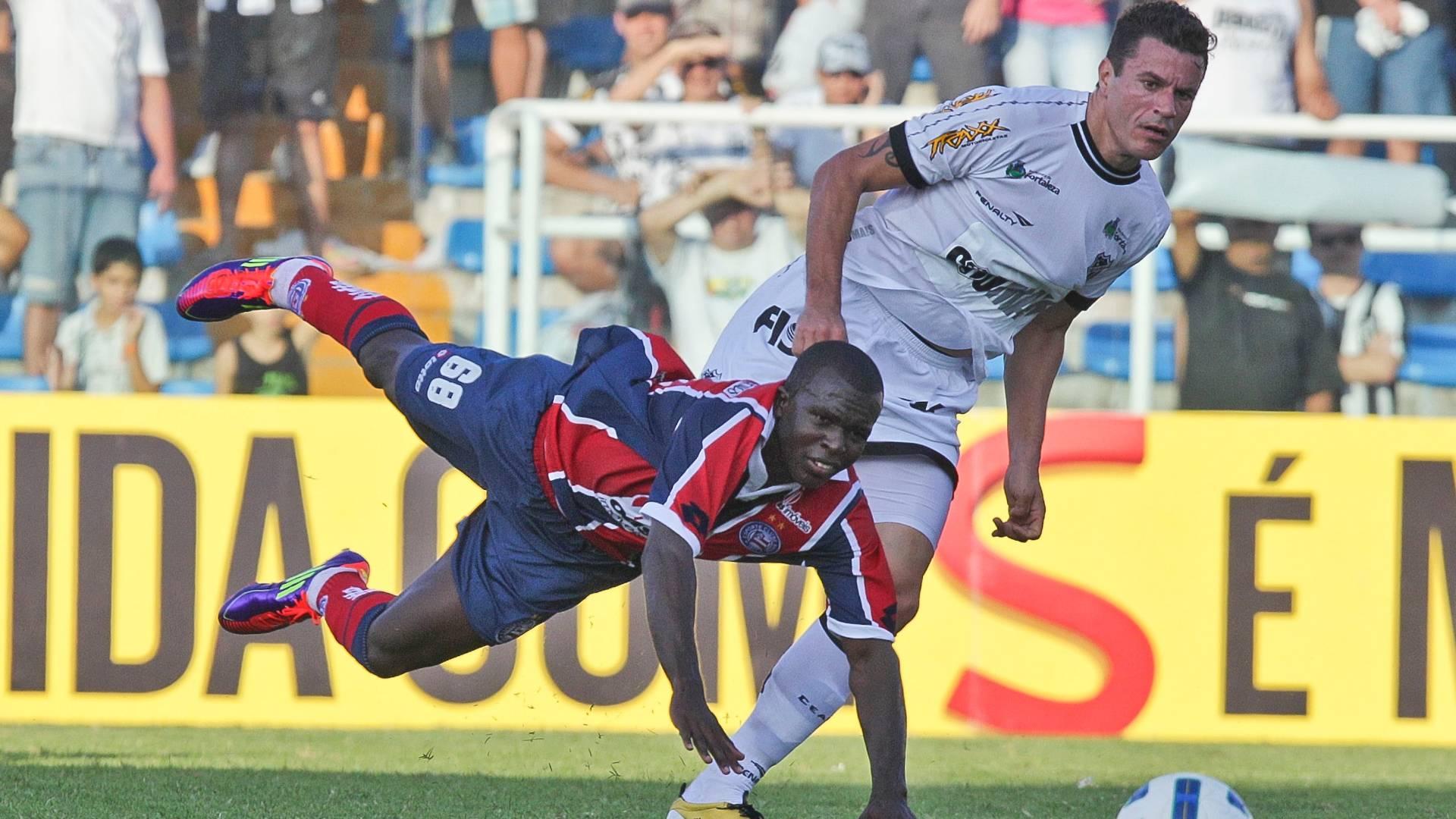 Jones, do Bahia, disputa lance com Michel, do Ceará, durante jogo pelo Brasileiro