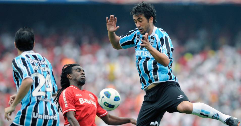 Volante Tinga do Inter e Douglas do Grêmio no Gre-Nal do primeiro turno do Brasileiro no Olímpico (28/08/2011)
