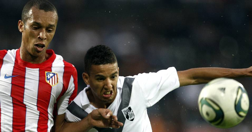 Faozi, do Vitória de Guimarães, disputa a bola com Miranda, do Atlético de Madri, durante jogo da Liga Europa