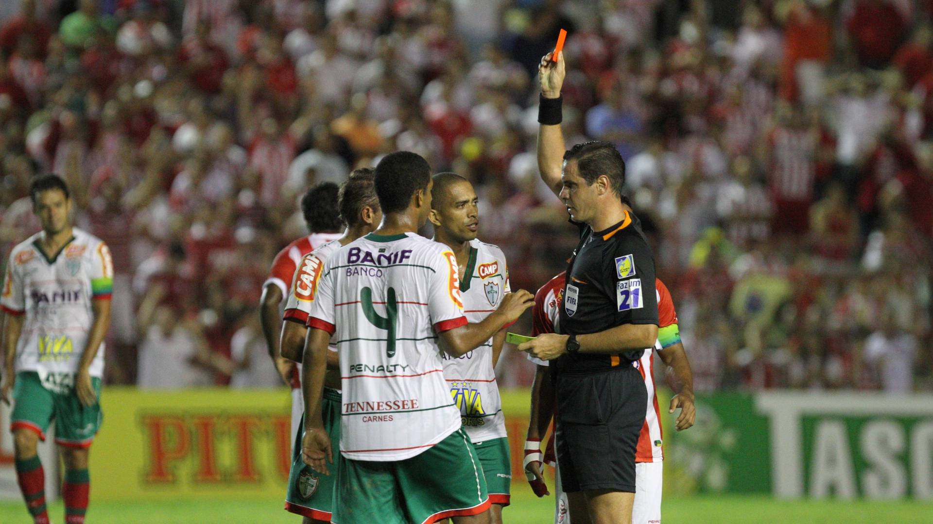 Portuguesa perde dois jogadores por expulsão durante jogo com o Náutico, pela série B