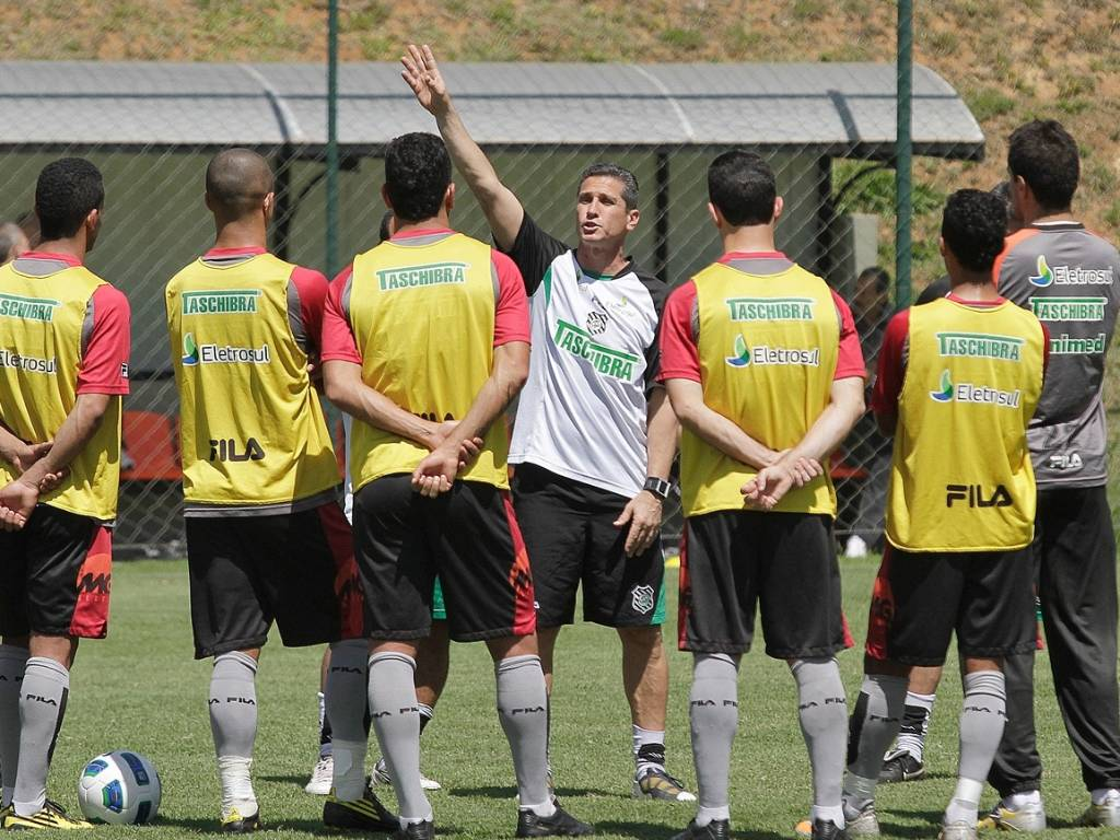 Técnico Jorginho conversa com os jogadores do Figueirense durante o treino (30/08/2011)