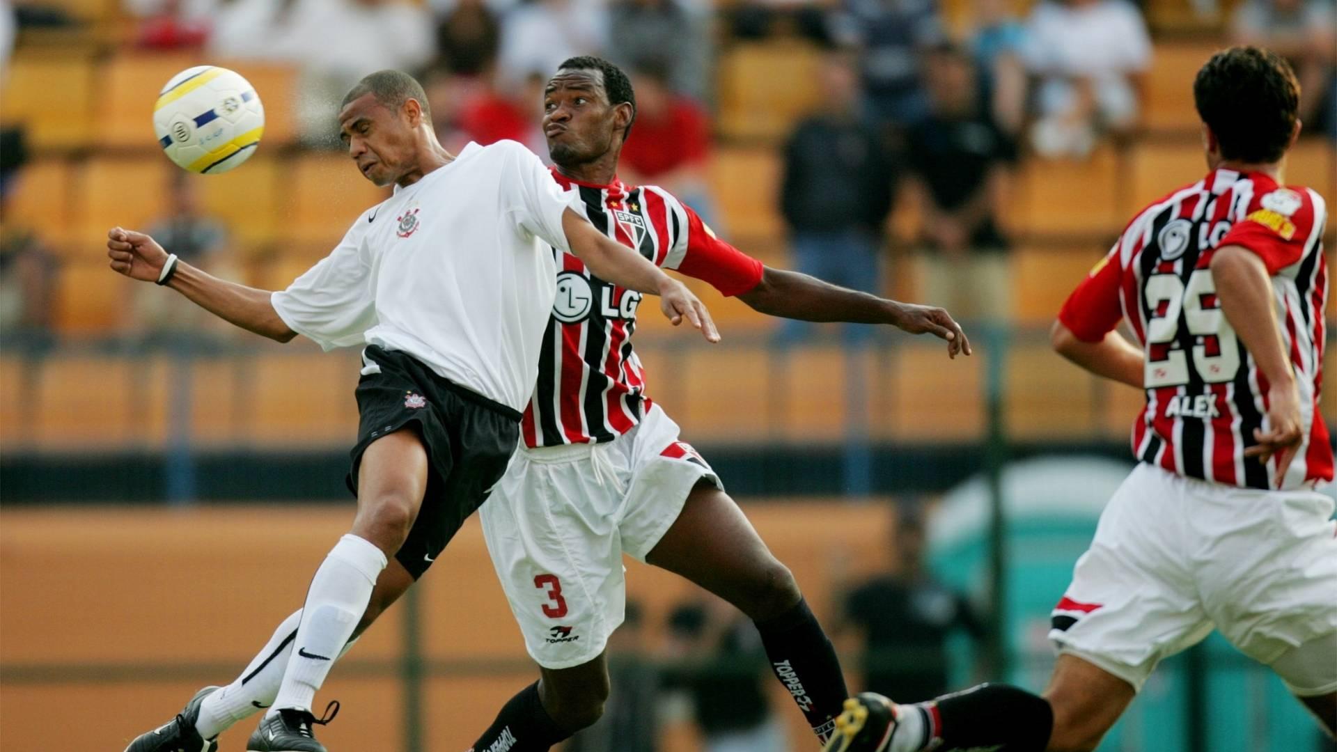 Gil disputa bola com Fabão durante clássico entre Corinthians e São Paulo pelo Brasileiro de 2005