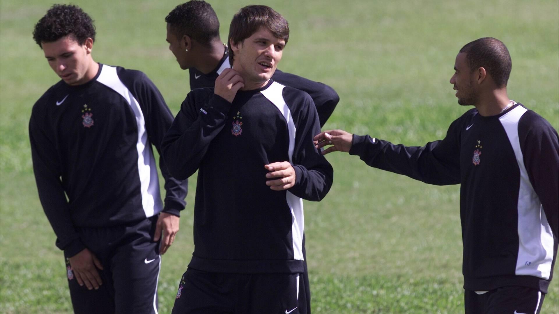 Gustavo Nery e Gil conversam durante treino do Corinthians em 2005