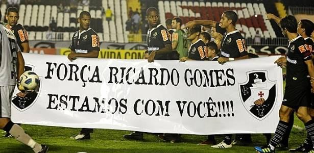 Jogadores do Vasco entram em campo com faixa em homenagem a Ricardo Gomes