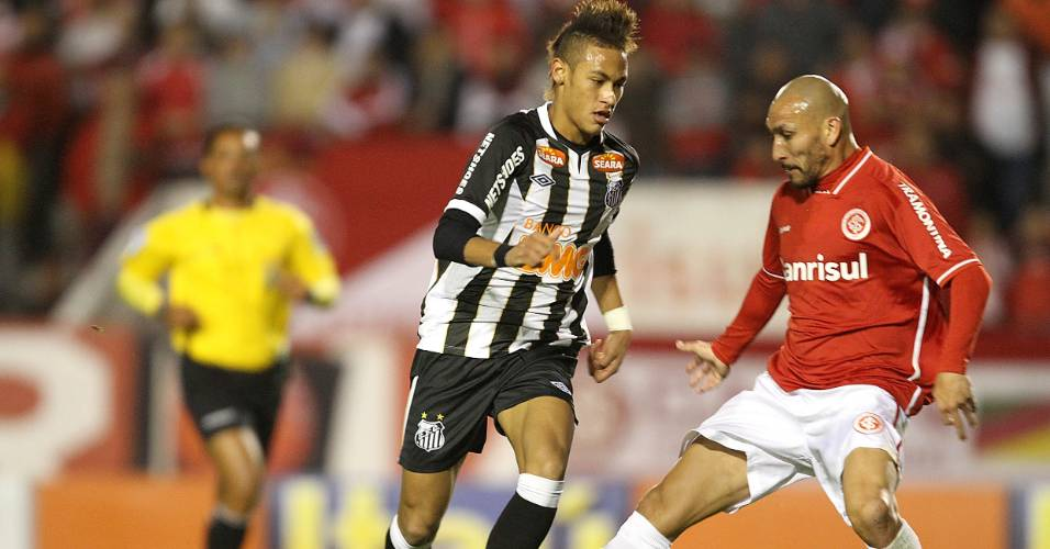Neymar do Santos tenta passar pelo volante Guiñazu do Inter (31/08/2011)