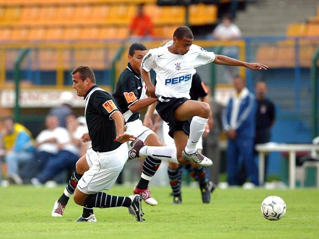 O atacante Gil, do Corinthians, disputa jogada durante partida contra o Vasco pelo Brasileiro de 2004