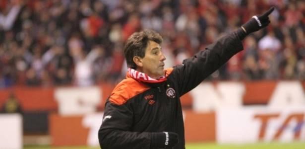 Técnico Renato Gaúcho dirige Atlético-PR na Arena da Baixada