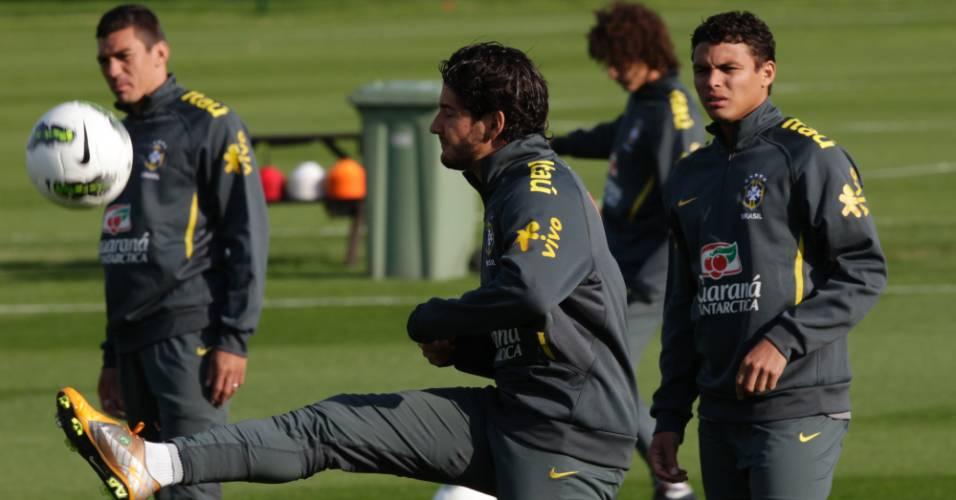Alexandre Pato se exercita durante treino da seleção brasileira em Londres