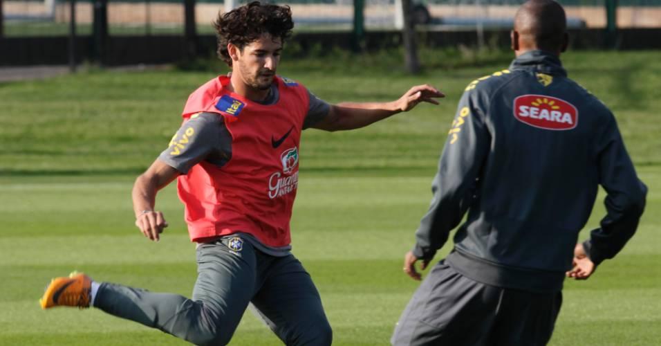 Alexandre Pato tenta drible durante treino da seleção brasileira em Londres