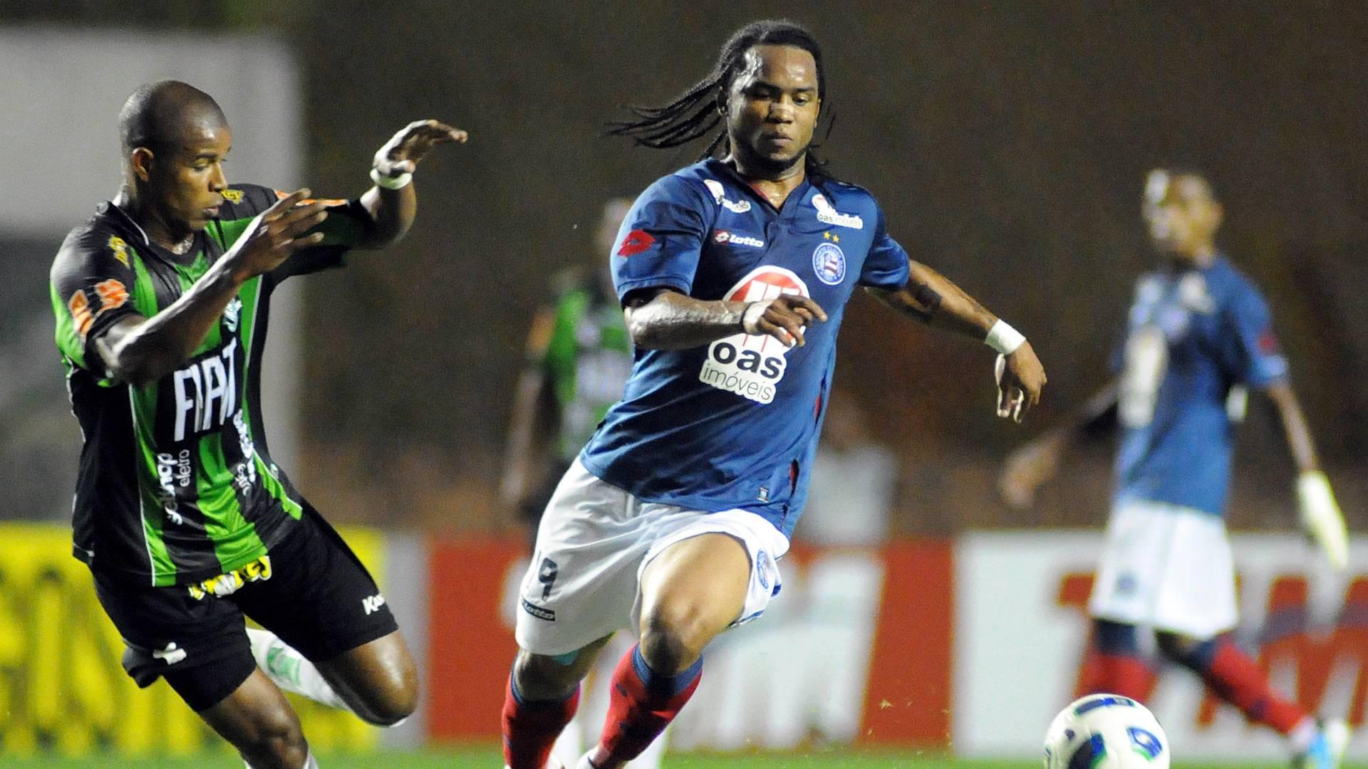 Carlos Alberto tenta escapar da marcação durante jogo entre Bahia e América-MG (01/09/2011)