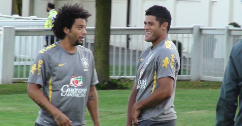Marcelo marcou Hulk pela esquerda na maior parte do treino da seleção em Londres