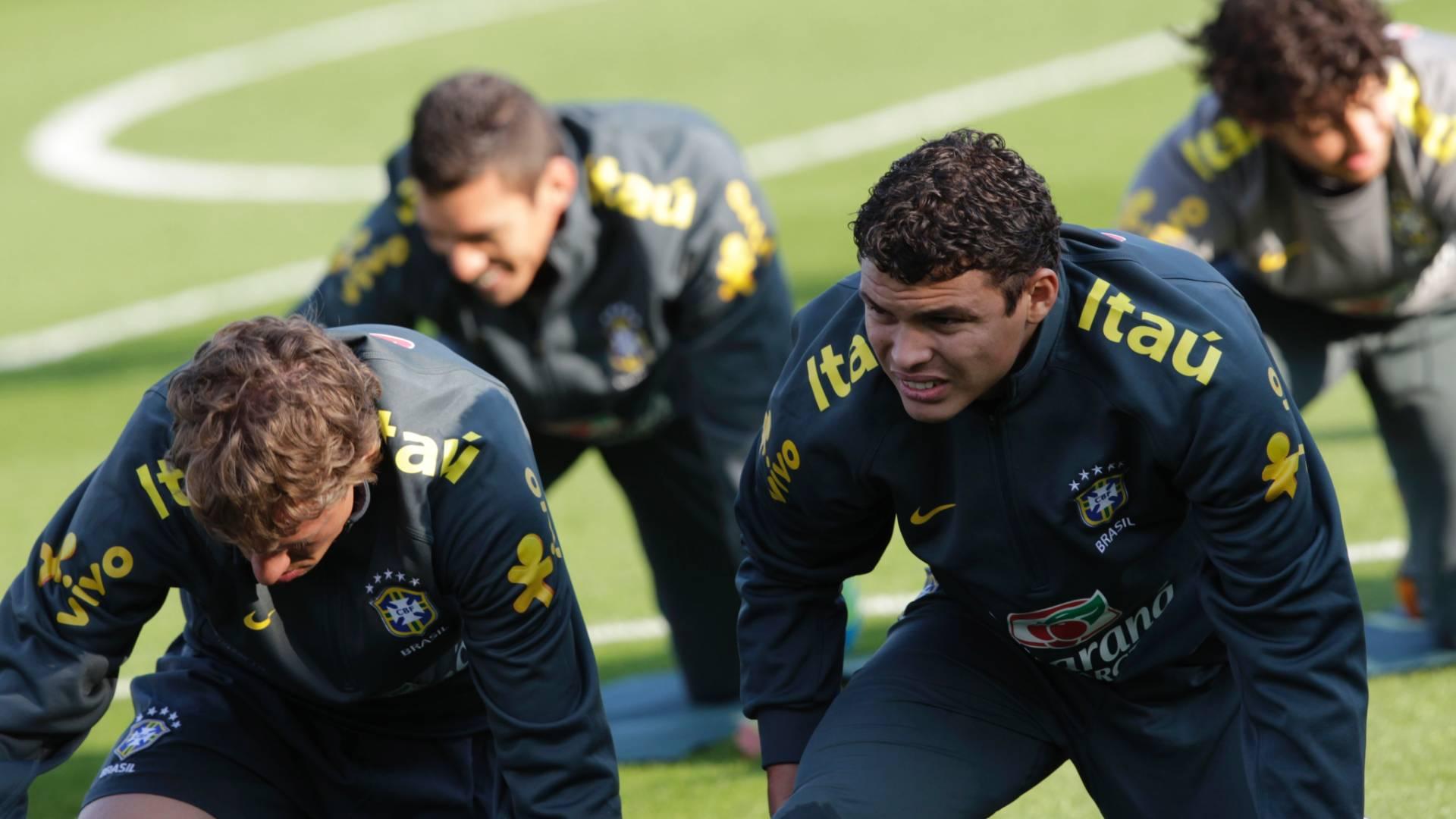 Thiago Silva e Lucas Leiva fazem aquecimento antes do treino da seleção em Londres