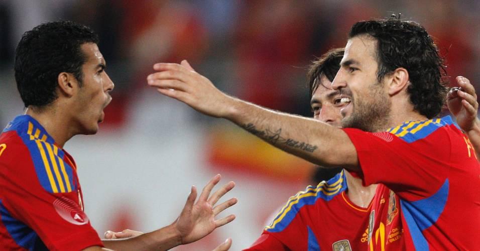 Autor de dois gols na vitória sobre o Chile, o espanhol Cesc Fábregas comemora com os companheiros  David Silva e Pedro Rodriguez