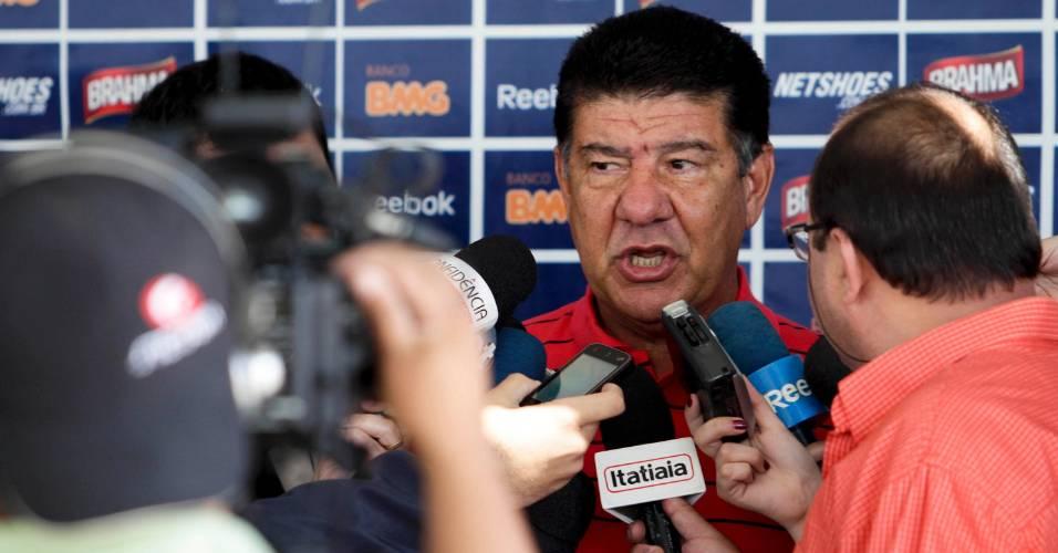 Joel Santana concede entrevista ao se despedir do Cruzeiro (2/9/2011)