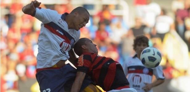 Titi tenta afastar a bola dominada por Jael durante a partida entre Flamengo e Bahia