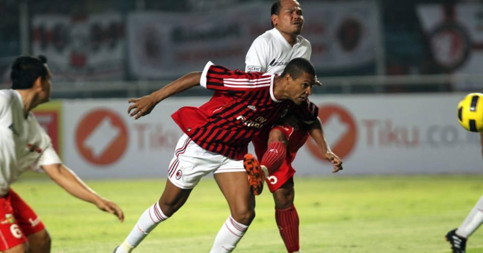 Dida cabeceia para marcar em jogo amistoso do Milan contra um combinado da Indonésia
