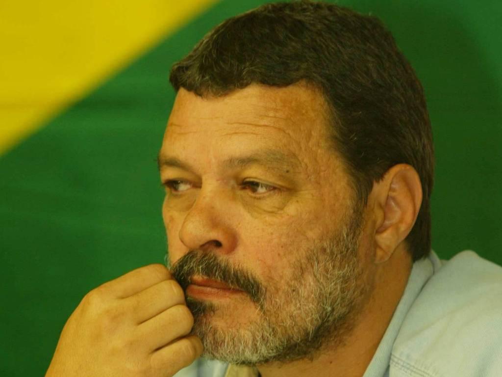 Em dezembro de 2002, Sócrates dá entrevista ao lado de outros ex-esportistas na sede do PT, em São Paulo, após entregar uma carta para o Lula com sugestões para o Esportes