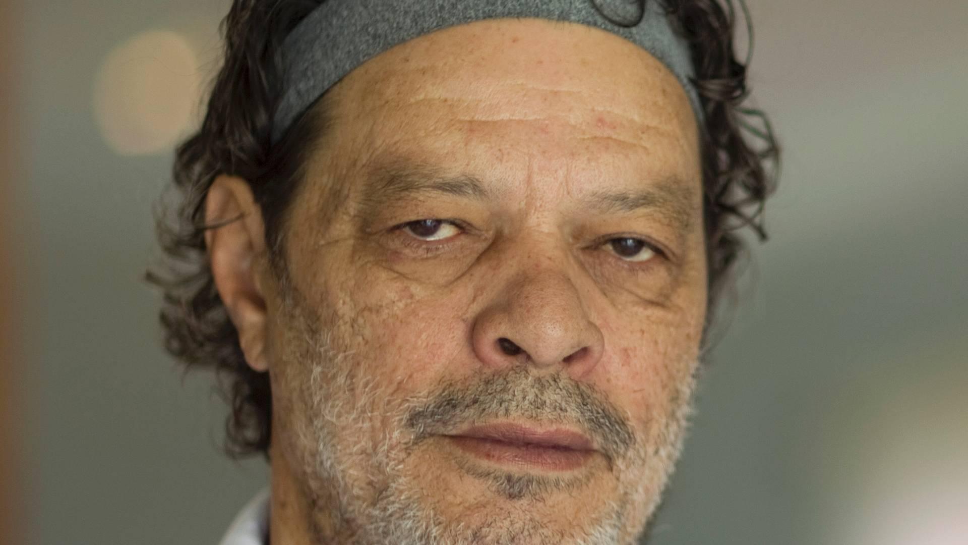 O ex-jogador Sócrates posa para foto, em São Paulo (SP), depois de fechar acordo para trabalhar para agência de notícias durante a Copa América de 2011; o ex-jogador morreu no dia 4 de dezembro de 2011 vítima de uma infecção generalizada