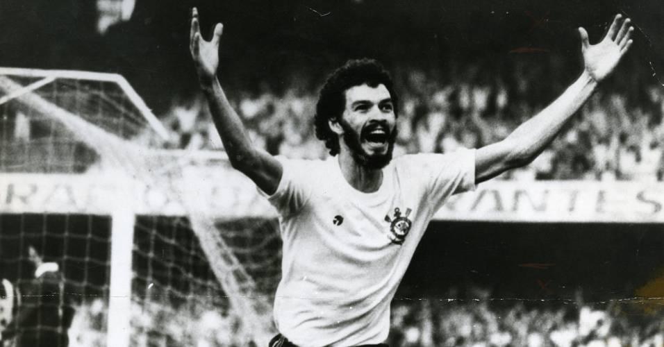 Pelo Corinthians, Sócrates festeja depois de marcar um gol sobre o Santos, no Morumbi, em jogo do Paulista de 1981, que acabou empatado em 2 a 2; o ex-jogador morreu no dia 4 de dezembro de 2011 vítima de uma infecção generalizada