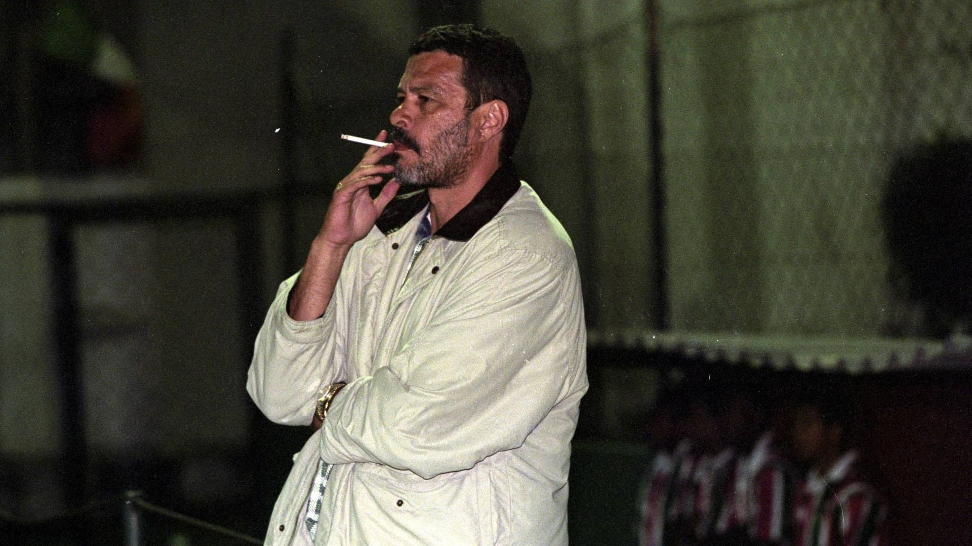 Sócrates acompanha partida enquanto trabalha como técnico da time Cabofriense, em Cabo Frio (RJ), em 1999