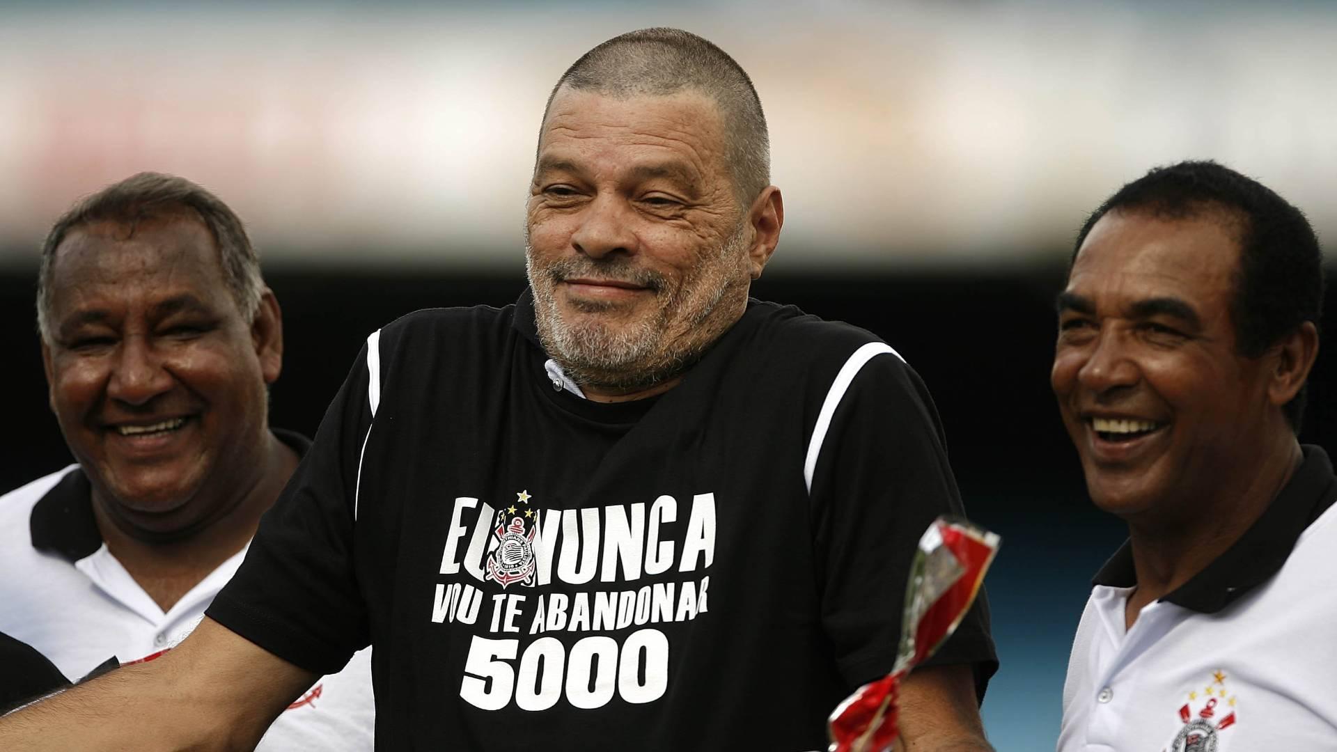 Sócrates antes do jogo do Corinthians pelo Campeonato Paulista contra o Bragantino, no estádio do Morumbi, em São Paulo (SP), que marcou a partida de número 5.000 da história do clube