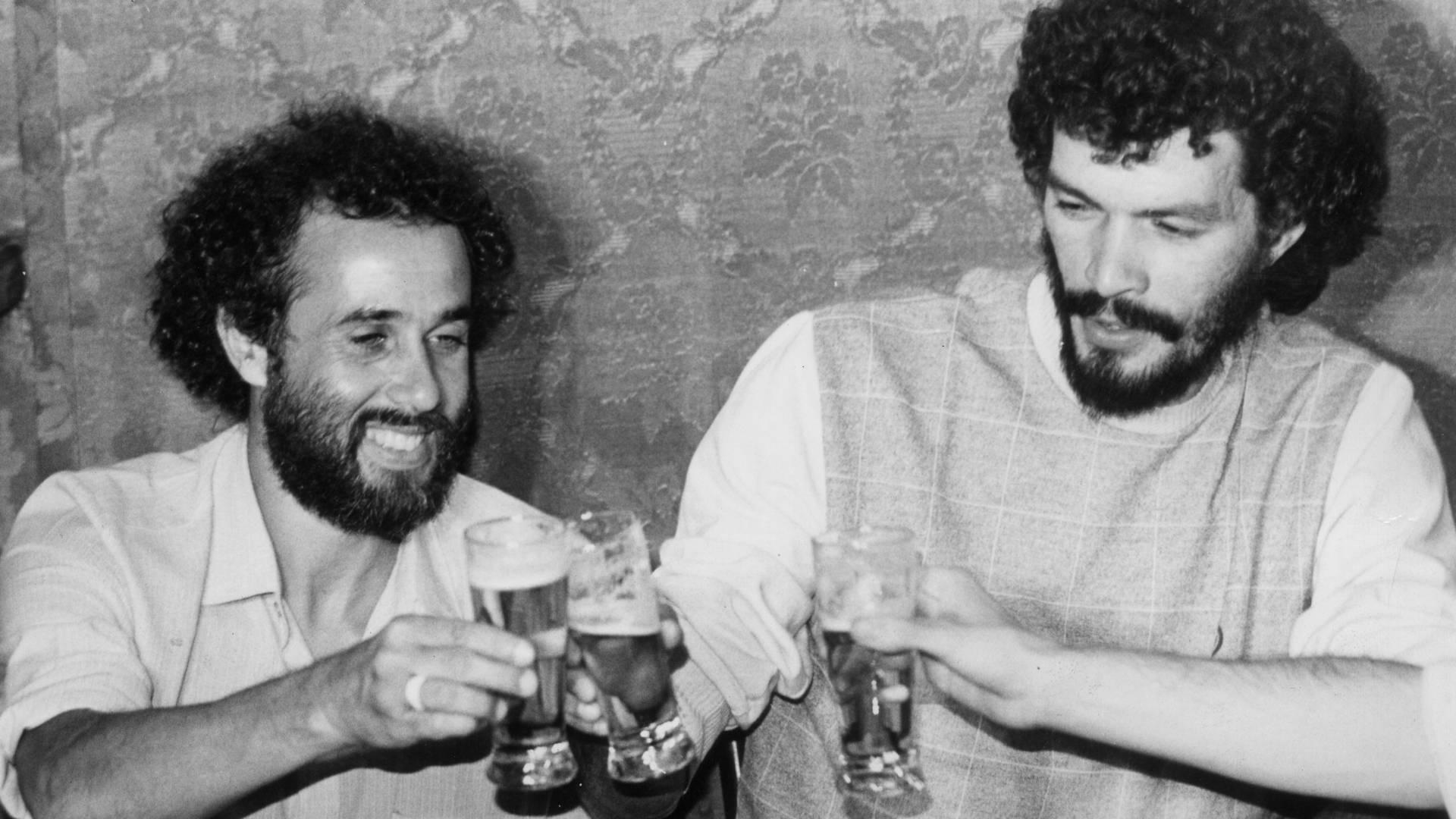 Sócrates faz um brinde enquanto toma cerveja com o também jogador Afonsinho, em 1984