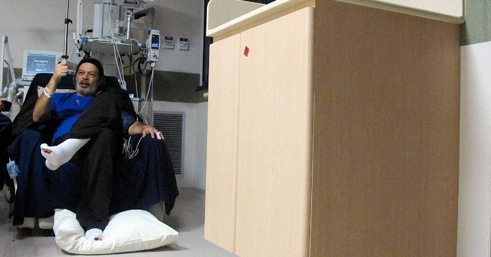 Sócrates, na UTI do Hospital Israelita Albert Einstein, durante o período em que estava se recuperando de uma hemorragia digestiva, sofrida no fim de agosto de 2011; o ex-jogador morreu no dia 4 de dezembro de 2011 vítima de uma infecção generalizada