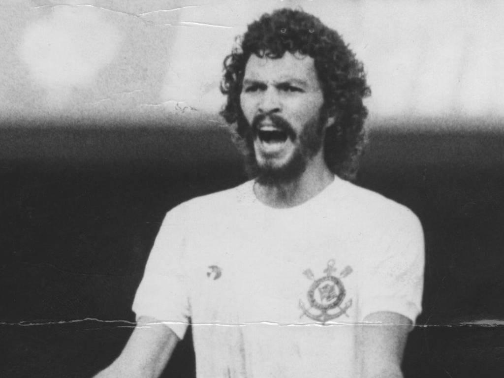 Sócrates pede a bola durante jogo do Corinthians em 1983