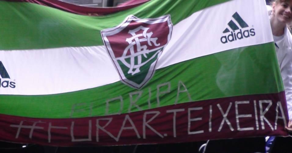 Torcedores do Fluminense estendem bandeira em protesto a Ricardo Teixeira