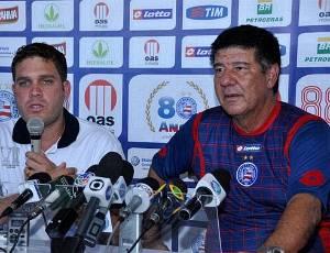 Ao lado do presidente Marcelo Guimarães Filho, Joel é apresentado como novo treinador do Bahia